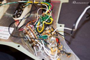 S-1 da Fender por dentro do pickguard